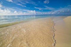 Zachte golven van blauwe overzees op tropische strandscène en blauwe hemel Inspirational tropische aardachtergrond royalty-vrije stock fotografie