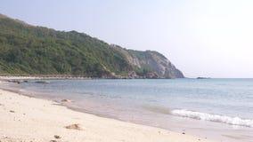 Zachte golven van het overzees op een zandig strand Kust van tropisch eiland 4K stock videobeelden