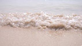 Zachte golven van het overzees op een zandig strandclose-up Transparant water en wit zand stock video