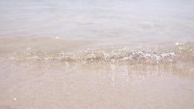 Zachte golven van het overzees op een zandig strandclose-up Transparant water en wit zand stock videobeelden