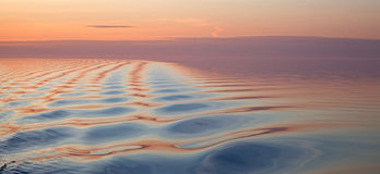 Zachte golvende watertextuur bij zonsopgang stock fotografie