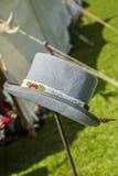 Zachte Grijze vilten hoed met inheemse Amerikaanse kralenversiering stock afbeeldingen