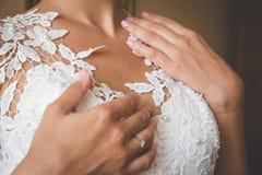 Zachte handen van de bruid Stock Foto