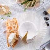 Zachte kaas met kruidige olijven Royalty-vrije Stock Afbeeldingen