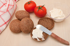 Zachte kaas op roggebrood met tomaten Royalty-vrije Stock Afbeeldingen