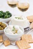Zachte kazen, crackers en groenten in het zuur voor wijn, verticale, hoogste mening Stock Foto