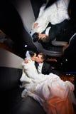 Zachte kusbruid en bruidegom in huwelijkslimo Stock Afbeeldingen