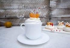 Zachte lichte de wintercake ` Anna Pavlova ` met romige room, mandarijnen en een sneeuwvlok van koninklijke glans stock afbeeldingen