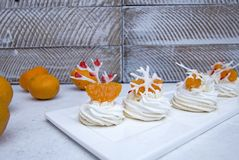 Zachte lichte de wintercake ` Anna Pavlova ` met romige room, mandarijnen en een sneeuwvlok van koninklijke glans stock fotografie