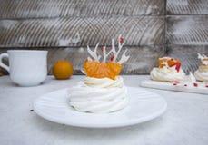 Zachte lichte de wintercake ` Anna Pavlova ` met romige room, mandarijnen en een sneeuwvlok van koninklijke glans royalty-vrije stock fotografie
