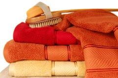 Zachte luxueuze handdoeken met zeep en borstel Royalty-vrije Stock Fotografie
