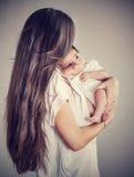 Zachte moeder met baby stock afbeeldingen