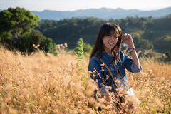 Zachte nadruk - één jonge volwassen vrouw op ingediende bloem Royalty-vrije Stock Fotografie