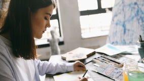 Zachte nadruk de meisjeskunstenaar trekt schetsen op de Desktop Backlight De workshop wordt gevuld met klassieke Griekse beeldhou stock videobeelden
