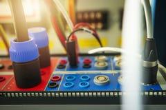 Zachte nadruk op test elektrisch apparaat voor onderhoud en het testen machts elektromateriaal op postelektriciteit royalty-vrije stock fotografie