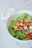 Zachte nadruk van caesar salade in witte kom op marmeren lijst royalty-vrije stock fotografie
