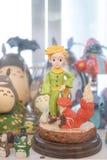 Zachte nadruk van de kleine prins met zijn vosminiatuur op een spiegelvertoning samen met andere karakters stock foto