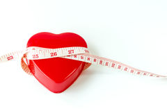 Zachte nadruk van maatregelenband rond rood die hart met pil op wit wordt geïsoleerd Royalty-vrije Stock Fotografie