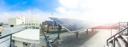Zachte nadruk van Zonnepanelen of Zonnecellen op fabrieksdak of terras met zonlicht, Industrie in Thailand, Azië royalty-vrije stock foto