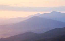 Zachte Ochtendkleuren in Bergketenlandschap Stock Fotografie
