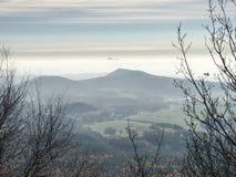 Zachte overzichten van heuvels in mist en dorpen in dalingslandschap royalty-vrije stock fotografie