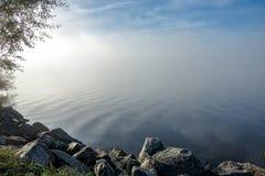 Zachte rimpelingen in nevelig landschap Vreedzame dikke mist stock afbeelding