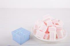 Zachte roze en witte heemst met giftdoos op witte backgroun Stock Fotografie