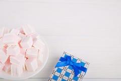 Zachte roze en witte heemst met giftdoos op witte backgroun Stock Afbeeldingen