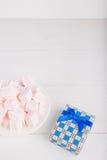 Zachte roze en witte heemst met giftdoos op witte backgroun Royalty-vrije Stock Afbeelding