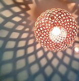 Zachte schaduwpatronen van een moderne lampmontage Stock Fotografie