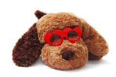 Zachte stuk speelgoed hond in rode hart-vormige glazen op wit Royalty-vrije Stock Foto's