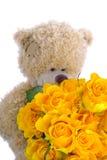 Zachte stuk speelgoed teddybeer met een boeket van gele rozen Royalty-vrije Stock Afbeelding