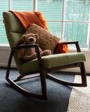 Zachte stuk speelgoed zitting op schommelstoel Royalty-vrije Stock Afbeeldingen