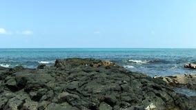 Zachte Versnelde Golven op Zwart Lava Rock Shore Kona Hawaii stock videobeelden