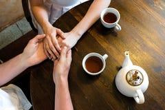 Zachte vrouwelijke handen die op mannetje liggen royalty-vrije stock foto's