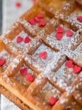 Zachte Weense Belgische wafels met gepoederde suiker en rode harten op rustieke houten achtergrond Royalty-vrije Stock Fotografie