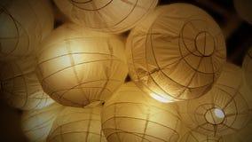 Zachte witte lantaarndocument lamp met gloeiende gele binnen gloeilamp royalty-vrije stock foto