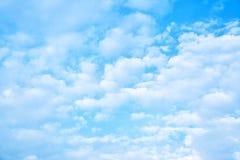 Zachte witte wolken in de hemel Stock Afbeelding