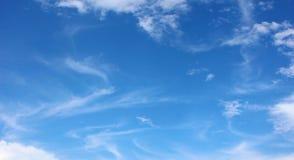 Zachte witte wolken tegen blauwe hemel Stock Foto