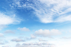 Zachte witte wolken tegen blauwe hemelachtergrond en lege ruimte Royalty-vrije Stock Foto's