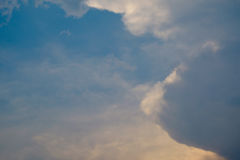 Zachte wolk en hemel met de kleur van de pastelkleurgradiënt Royalty-vrije Stock Afbeeldingen