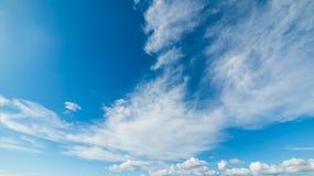 Zachte wolken en blauwe hemel stock foto
