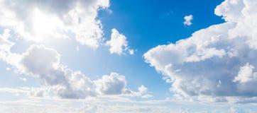 Zachte wolken en blauwe hemel royalty-vrije stock afbeelding