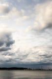 Zachte wolken overzeese kant stock afbeeldingen