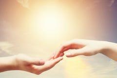 Zachte, zachte aanraking van de mens en vrouw tegen zonnige hemel Stock Foto