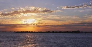 Zachte zonsondergang in de rivier stock afbeelding