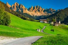 Zachwycającego lata wysokogórski krajobraz z Santa Maddalena wioską, dolomity, Włochy obrazy royalty free