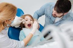 Zachwycający potomstwa ojcują czułość o jego childs zdrowie Zdjęcie Stock