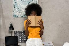 zaciemniający widok amerykanin afrykańskiego pochodzenia kobieta zdjęcie stock