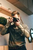 zaciemniający widok elegancki mężczyzna fotografia royalty free